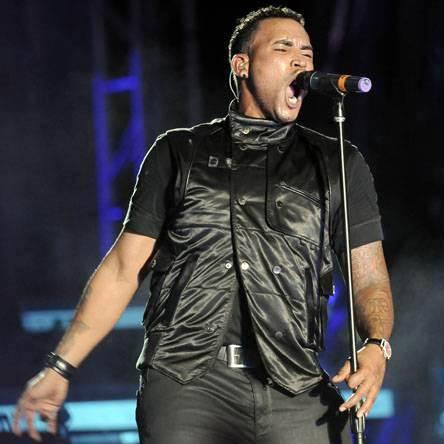 Don Omar cantando en concierto