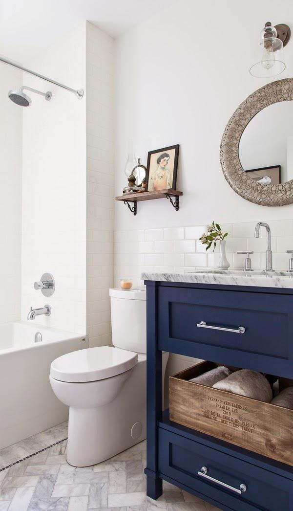 Baño con lavabo azul