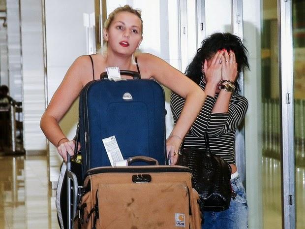 Singer FKA Twigs disembarks in airport in São Paulo
