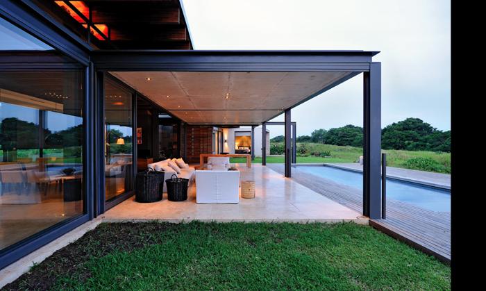 Casas minimalistas y modernas piscinas minimalistas de saota for Piscinas minimalistas