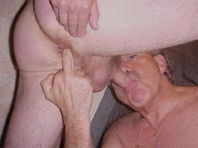 adoro colocar um dedo  no cu enquanto eu chupo um belo caralho