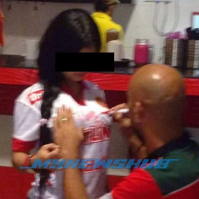Pemain Red Warriors Tandatangan Baju Penyokong Sambil Pegang Buah Dada