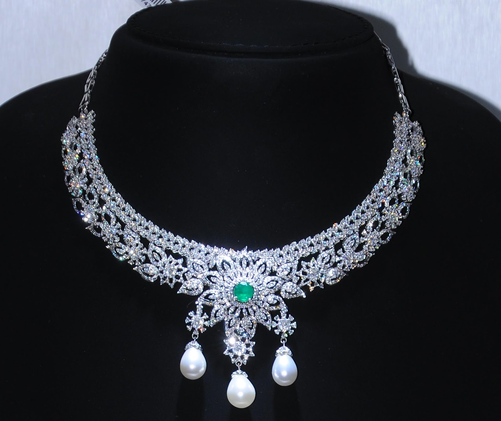 diamond necklace Malani jewelers provide 18kt gold and white gold diamond necklace sets, indian gemstone diamond necklace set, online diamond necklace set usa store atlanta.