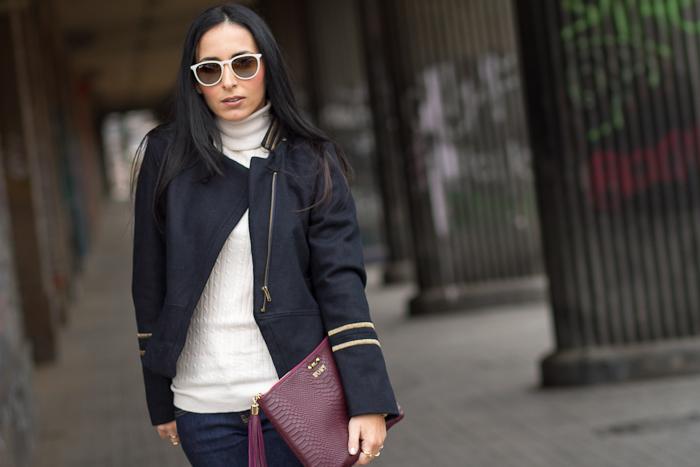 Outfit con chaquetón corto de estilo militar y gafas de sol Ray Ban Erika Blancas de la bloguera valenciana Withorwithoutshoes