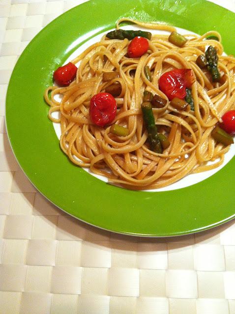 Bavette con esparragos verdes y tomates cherry