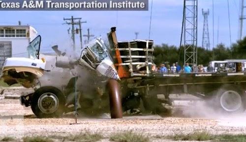 Xe tải mất đầu khi đâm vào hàng rào kim loại