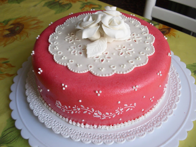 Broderie Anglaise stencil cake
