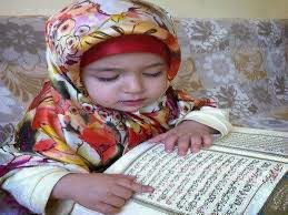 anak muslim perempuan membaca alqur'an