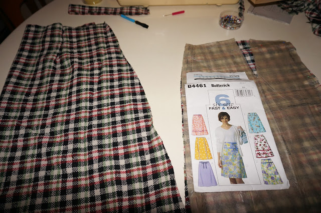 Jupe trapèze , tissu en laine à carreaux ( brocante : ici )  , patron Butterick B4461  A-line mod mini skirt , vintage woolen plaid fabric (yard sales : here )  , Butterick B4461 pattern 1960 1970 60s 70s annees 60 70 mod twiggy school days