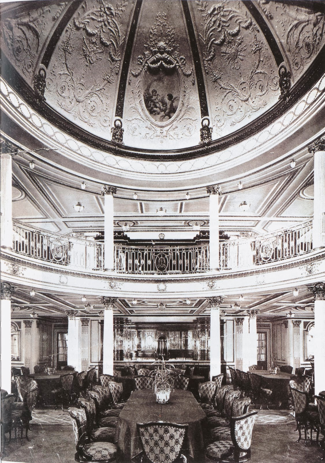 """A propos du """"luxe"""" du Titanic... - Page 2 Lusitania+dining+room"""