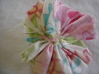 Sederhana dan mudah bukan cara pembuatan bros bunga di atas? Selamat