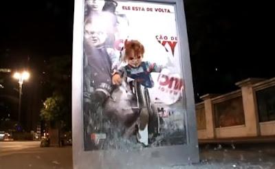 hombre enado disfrazado de chucky sale de un panel publicitario de buses en brasil