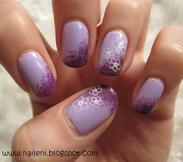 Nageldesign blumen auf lila farbverlauf
