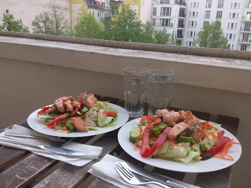 Illallinen, lohi-avokado-salaatti