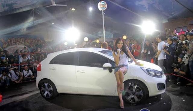 Cuci Mobil Bersama Model - Model Cantik di IIMS 2013