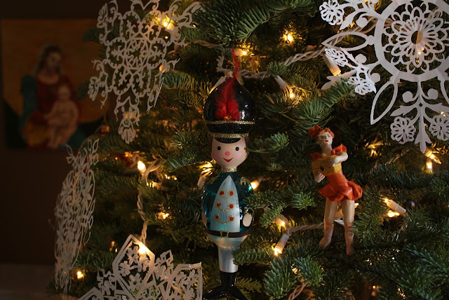 Christmas, holiday, tree, snowflakes, decorations, decor, noel, navidad, winter, lights, sparkle, ornament, star, soldier, figures, lady, dancer, box, small, tiny, Christmastime, Weihnachten, interior, decor, art, handmade, joy, happiness, ornate, beautiful, handiwork, charm, photography, Sarah Myers, glass, fir, live, Sandro