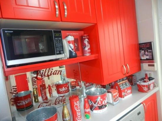Γυναίκα με παθολογική αγάπη στην Coca Cola, μετέτρεψε το σπίτι της σε 'ιερό' αφιερωμένο στο δημοφιλές αναψυκτικό