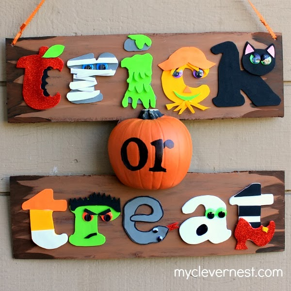 graphic, bright colors Halloween sign from Clever Nest Trick or Treat #spookyspaces #joanncrafts #myclevernest #porch