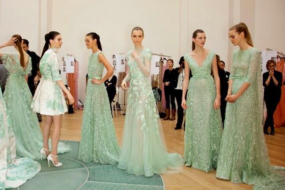 photo backstage du défilé elie saab haute couture robes de princesses portées par des mannequins