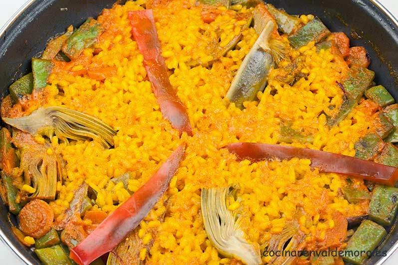 El arroz con verduras terminado, listo para comer
