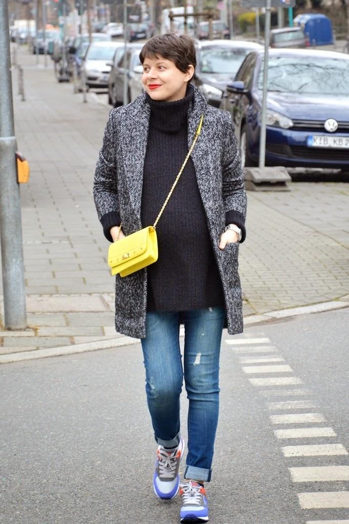 Mantel Esprit, Handtasche MCM gelb, Pulli Hallhuber