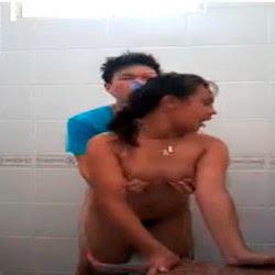 Rapidinha no banheiro do colegio - http://videosamadoresdenovinhas.com