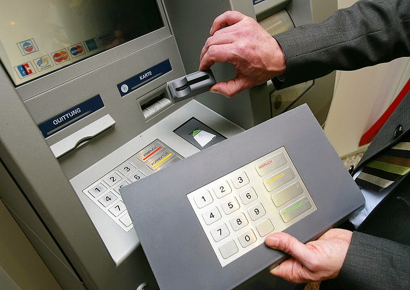 Teclado y ranura falsos adheridos a un cajero para robar la información de los clientes que la utilicen