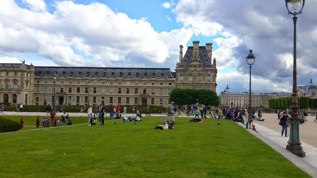 jardin des tuileries outside Musee De Louvre