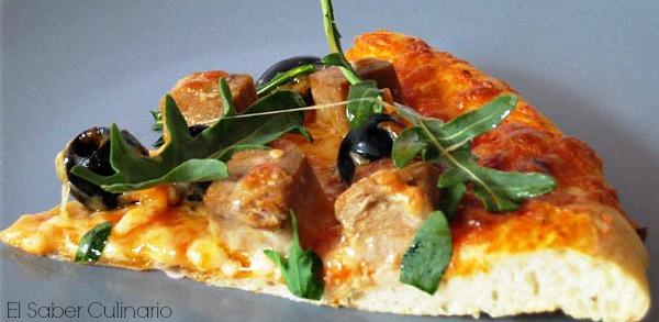 Pizza casera con atún y rúcula