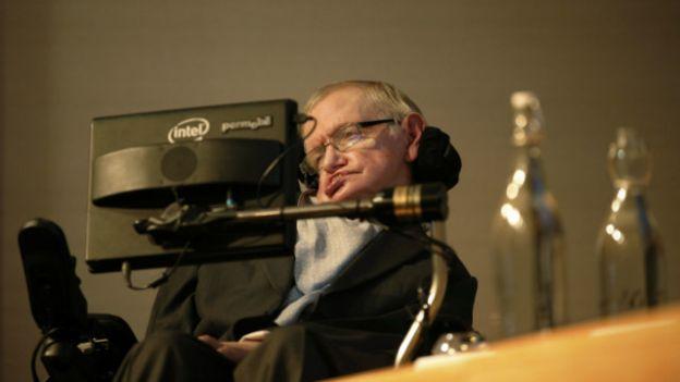 Prof Stephen Hawkins ayaa cudur ku dhacay darteed wuxuu isticmaala computer markuu hadlayo.