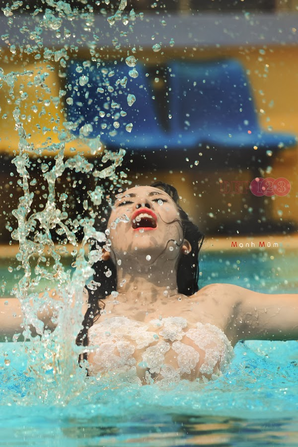 Hotgirl Mai Thỏ khoe ngực khủng bên bể bơi
