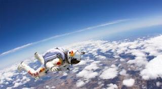 Foto Felix Baumgartner Terjun Dari Luar Angkasa Ke Bumi