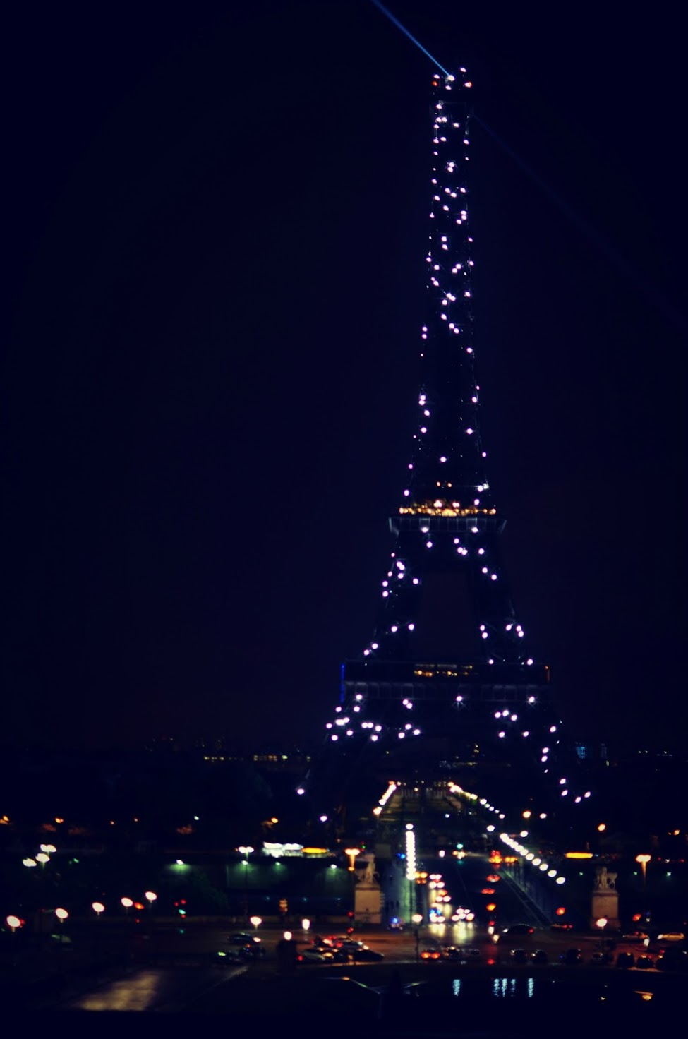 the lit eiffel tower at night