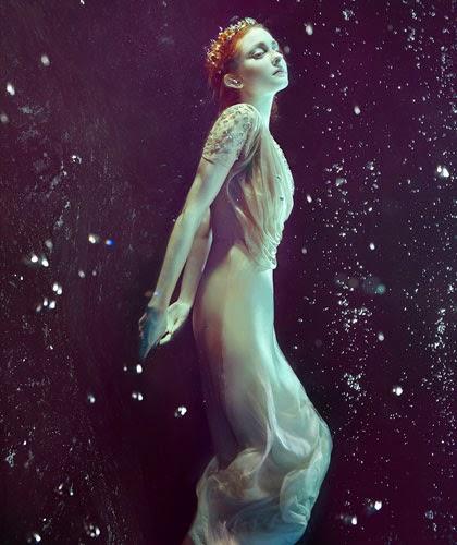 Zena Holloway fotografia fashion subaquática mulheres flutuando água