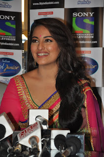 Sonakshi Sinha Pos in Saree on Indian Idol Junior Sets 0005.jpg