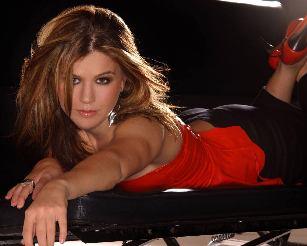 http://3.bp.blogspot.com/-s891SP95Zdg/Tv64HPlC_6I/AAAAAAAAF_4/57zvDSUiL0w/s1600/Kelly-Clarkson-red-bed-hot-2012.jpg