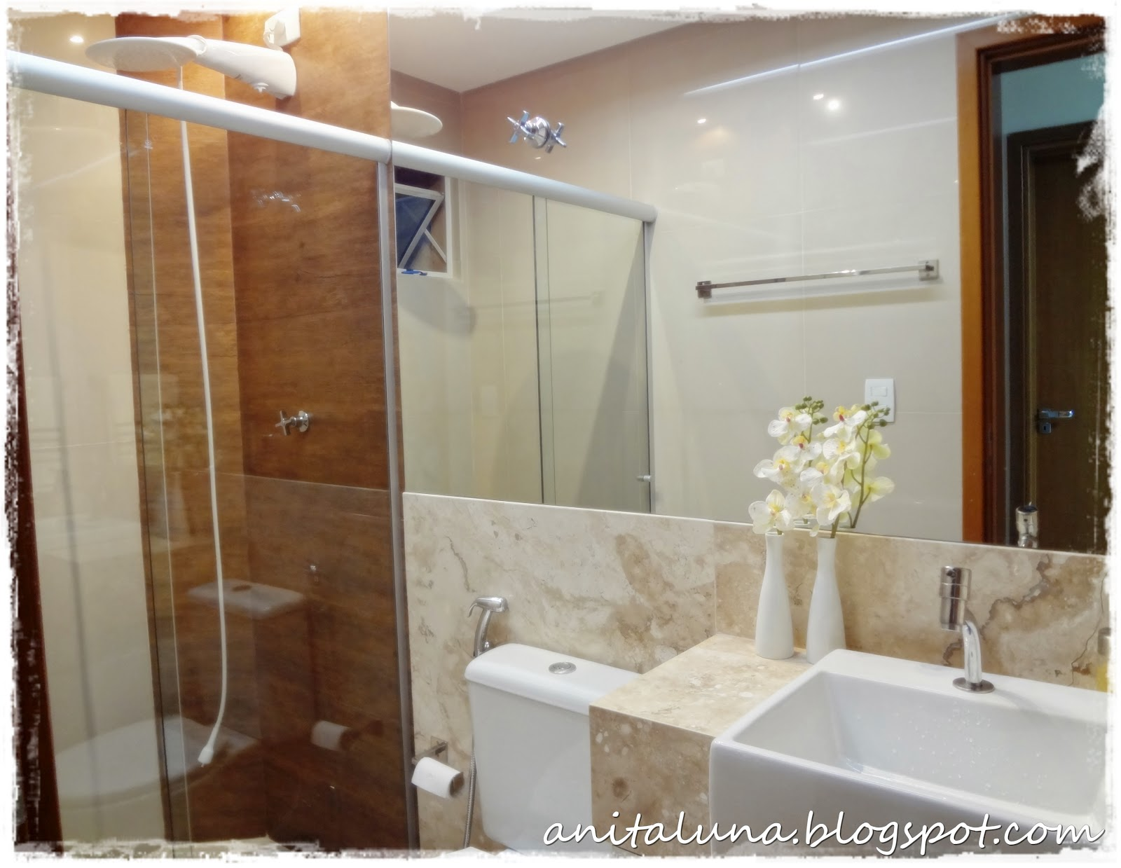 Porcelanato que imita madeira na área do chuveiro e espelhão gigante  #6B4427 1600x1239 Armario Banheiro Luna