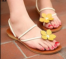 Sarı çiçekle tasarlanmış rahat bir sandalet