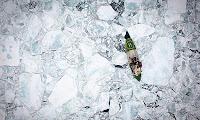 un barco de green peace en medio del ártico en deshielo