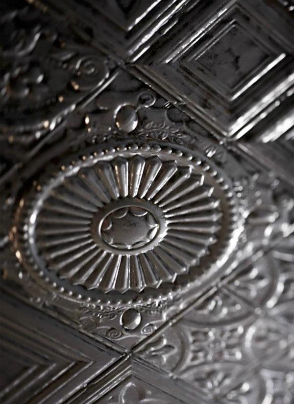 detalle techo de estaño con motivo europeo