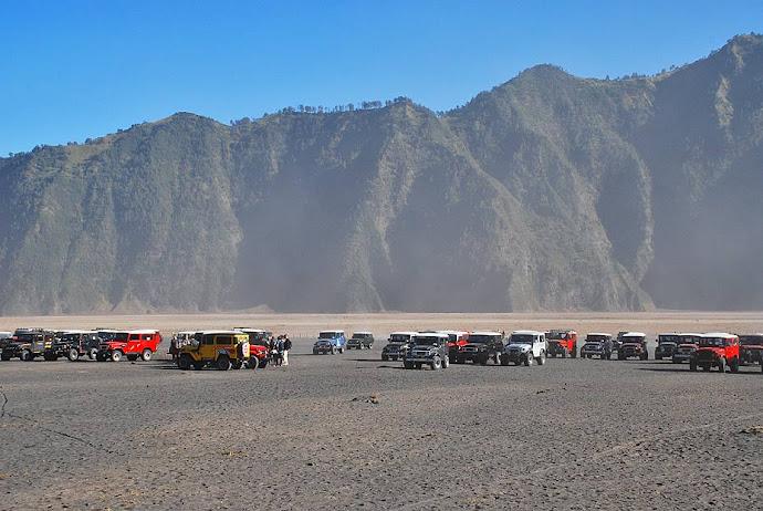 Coches en el aparcamiento del volcán