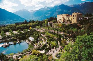 """Wechselnde botanische Ausstellungen und abendliche Sommerkonzerte runden das Programm der """"Gartennächte"""" in den schönen Gärten von Schloss Trauttmansdorff bei Meran ab."""