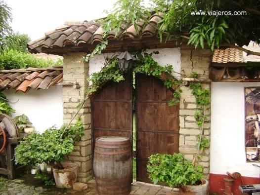 Arco de entrada a una casa de hacienda colombiana