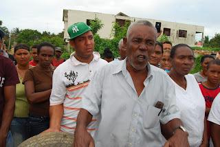 Moradores del Paraíso de Cancino Adentro y Regidor Antonio Feliz acusan a Concejal Victoriana Cortorreal de entorpecer trabajos de bacheo de calles