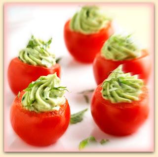 Tomate recheado com abacate