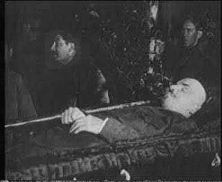 """Sobre las distorsiones y falsedades del """"comunista"""" Eastman, amigo de Trotsky, en su libro """"Since Lenin Died"""" - publicado en enero de 2013 en el blog Crítica Marxista-Leninista Lenin_tomb_with_stalin"""