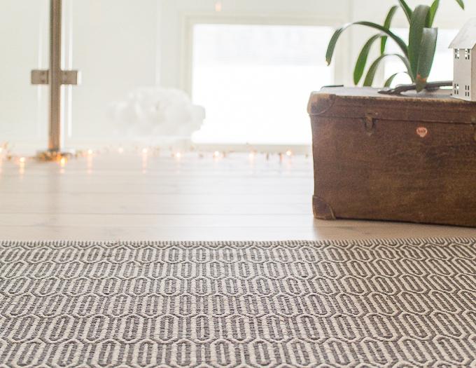 svanefors matto, iso puuvillamatto olohuoneeseen, harmaa valkoinen matto, kuviointi, blogimatto
