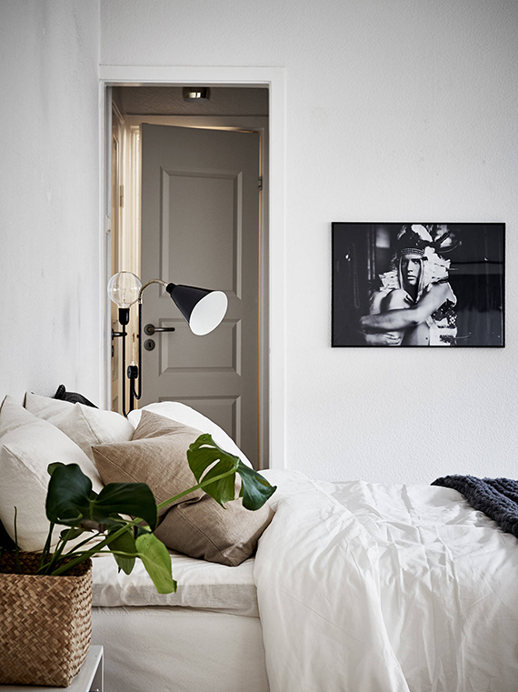 Cozy scandinavian bedroom with monstera plant | Stadshem