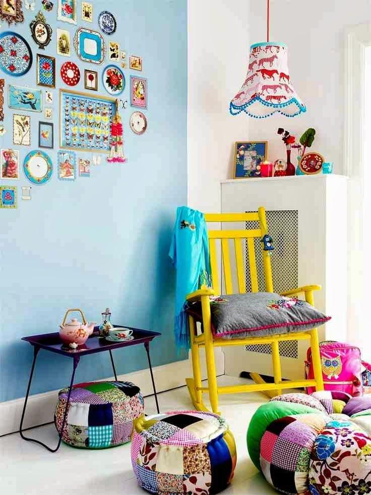 Colorful interior, żółte krzesło, kolorowe pufy patchwork