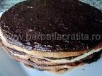 Tort Dobos asamblare reteta - primele cinci straturi de crema si foi